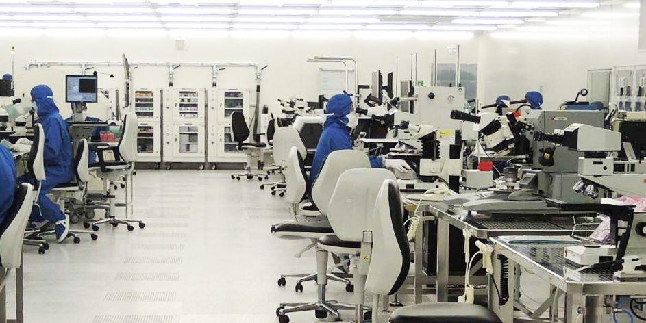 Salle de production de micropuces pour satellites